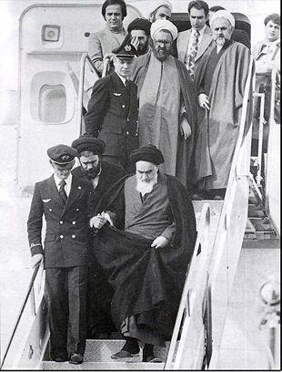 افشاي هويت کسي که روز 12 بهمن در پلکان هواپيما دست امام را گرفته ...