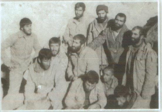 سردار همدانی در کنار شهید محمود شهبازی و دیگر رزمندگان
