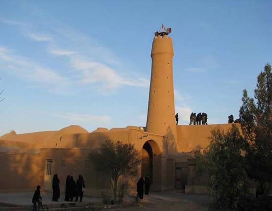 مناره مسجد و پیرزن
