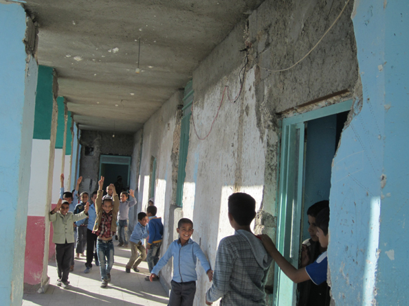 دانشآموزانی که در انبار درس میخوانند