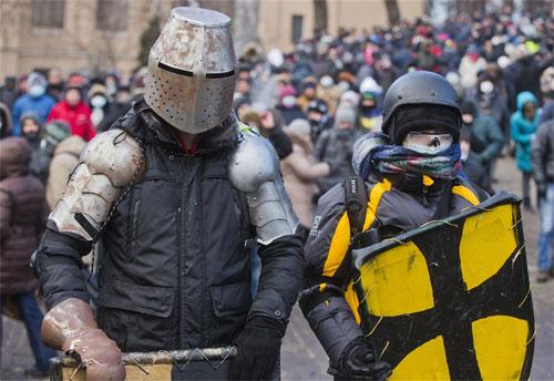 جنگ خیابانی با شیر گاو و دسر رنگ شده