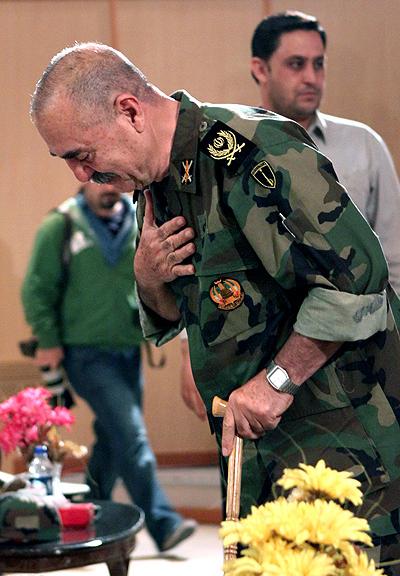 بوسه تیمسار بر پوتین سرباز در عملیات کربلای هفت +فیلم