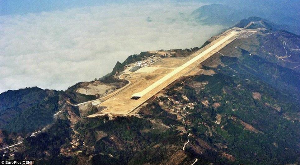 فرودگاهی که در نوک قله کوه ساخته شده است