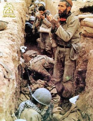 لحظه های ناب عبادت در جبهه های جنگ