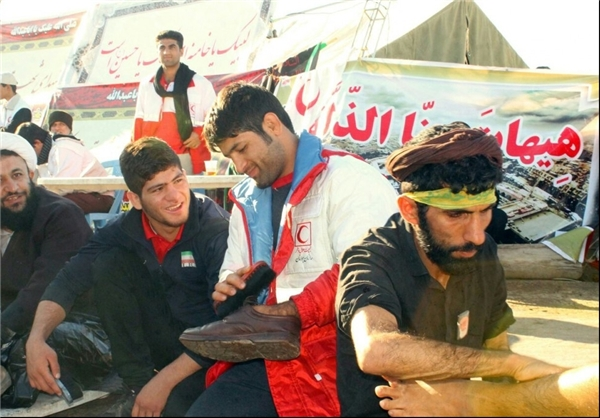قهرمانجهان در حال واکس زدن کفش زائران حسینی
