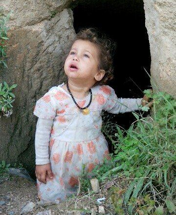 چشمان نگران دختر بچه یمنی به دنبال جنگنده های سعودی