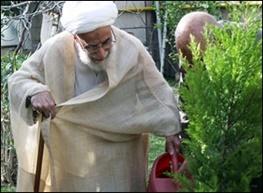 دبیر شورای نگهبان درحال باغبانی