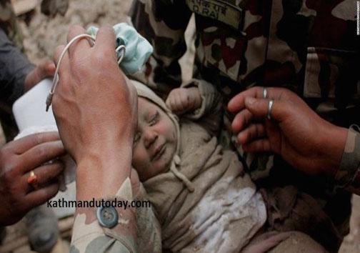 نجات نوزاد چهار ماهه از زیر آوار