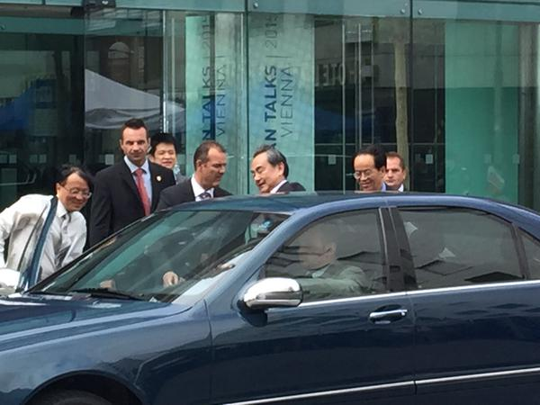 وزیرخارجه چین هتل محل مذاکرات را ترک کرد/ ظریف: معتقدیم نباید تمدیدی باشد/ عراقچی: قول حل موضوعات برای امشب یا فردا شب را نمی دهم/ دیپلمات ها قصد دارند امروز توافق را اعلام کنند/ صالحی: اختلافات فنی تقریبا حلوفصل شده است/ توافق جامع هستهای قبل از عصر دوشنبه حاصل نخواهد شد