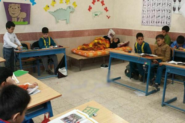 معلم نیشابوری روی تخت بیماری در کلاس درس