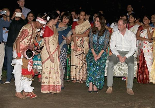 لگد کودک هندی به پای عروس ملکه