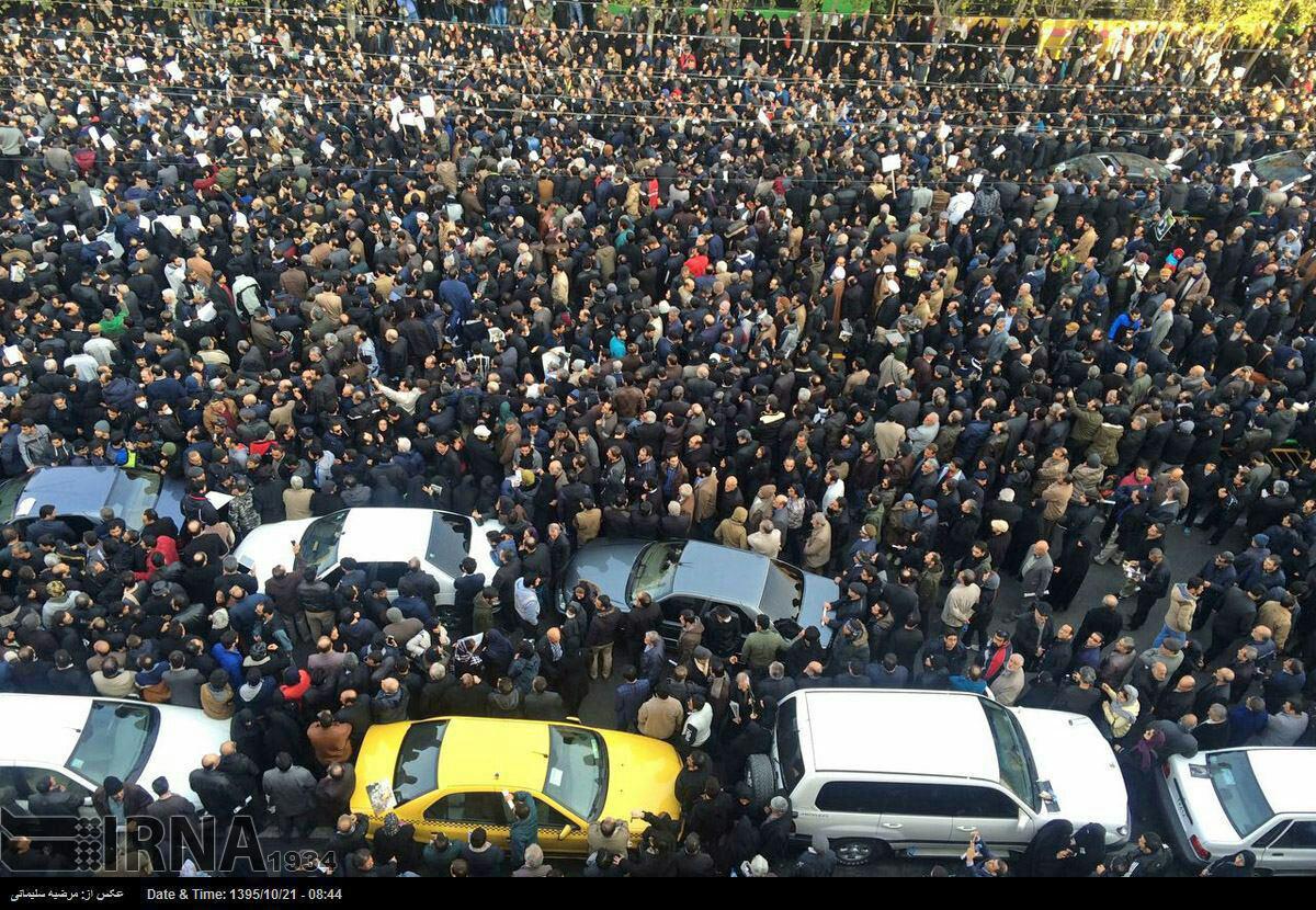آخرین وداع رهبر معظم انقلاب با یار دیرین/ حضور گسترده مردم و مسئولان در مراسم تشییع