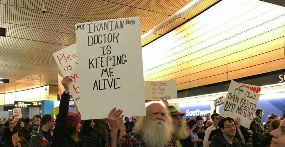 دستنوشته یک معترض آمریکایی به دستور ترامپ