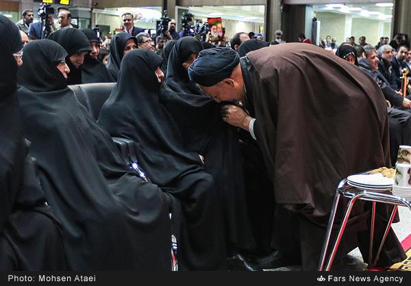 بوسه دعایی بر چادر عفت مرعشی