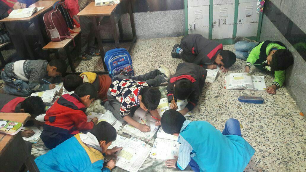 حال و روز دانشآموزان به دلیل کمبود نیمکت