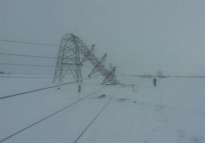 وقتی برف کمر دکل برق را میشکندت