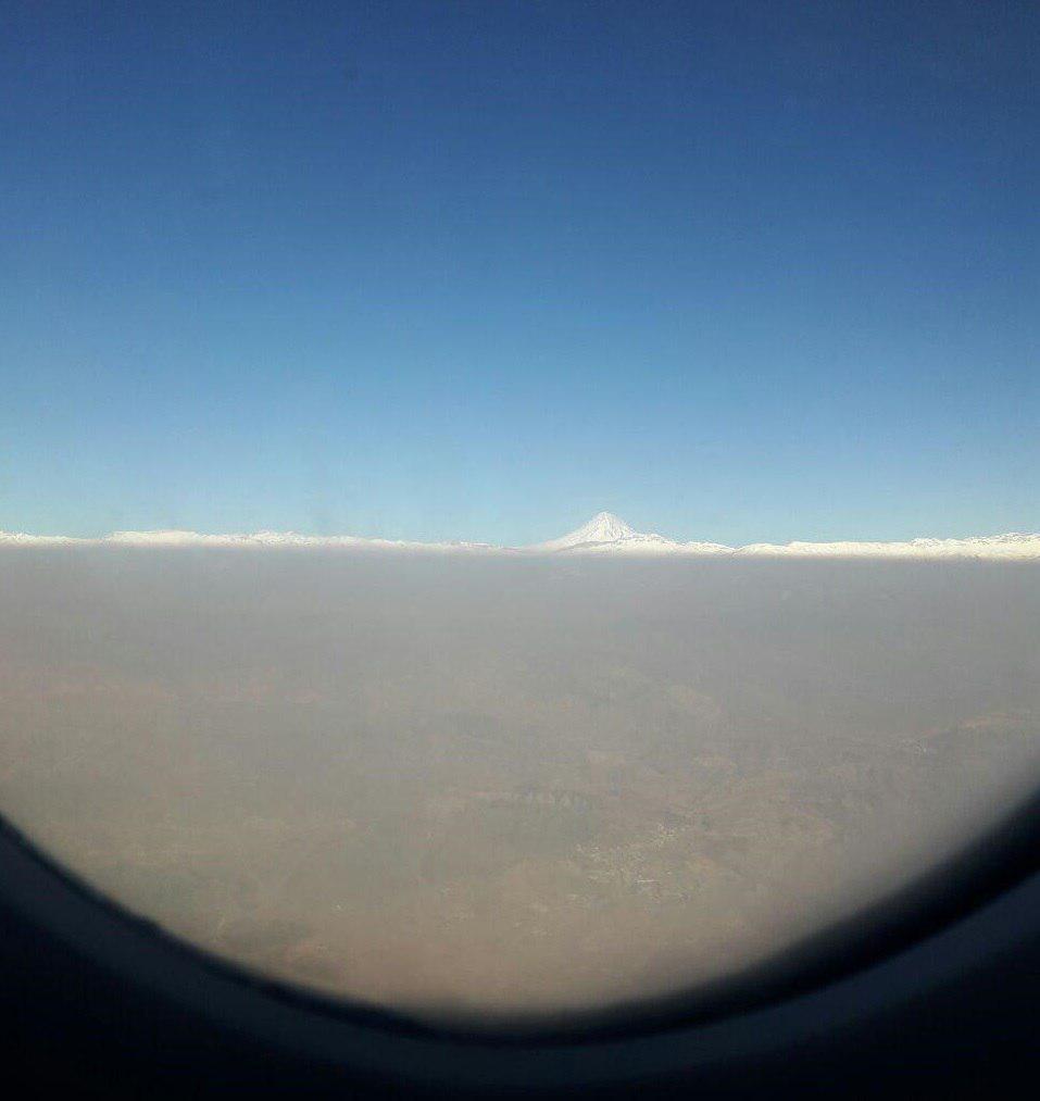 دماوندِ سفید و ابری از دود بر فرازِ تهران