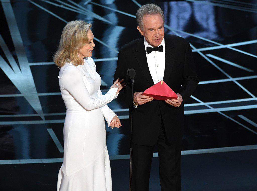 اصغر فرهادی برنده دومین جایزه اسکار شد و به تاریخ پیوست / مهتاب برنده جایزه بهترین فیلم شد، لالا لند از صحنه پایین آمد!