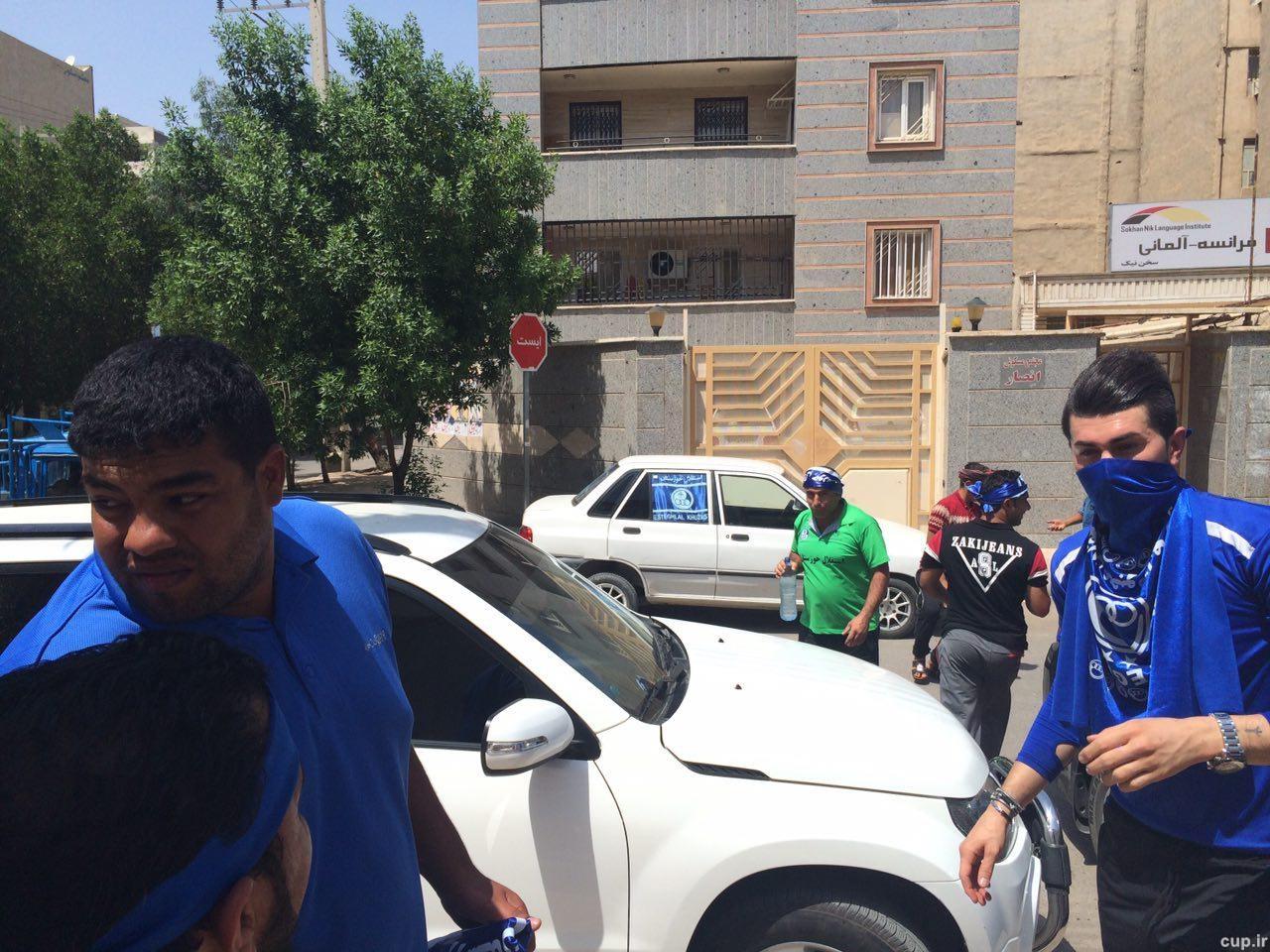 سرود قهرمانی اهوازیها مقابل هتل استقلال خوزستان