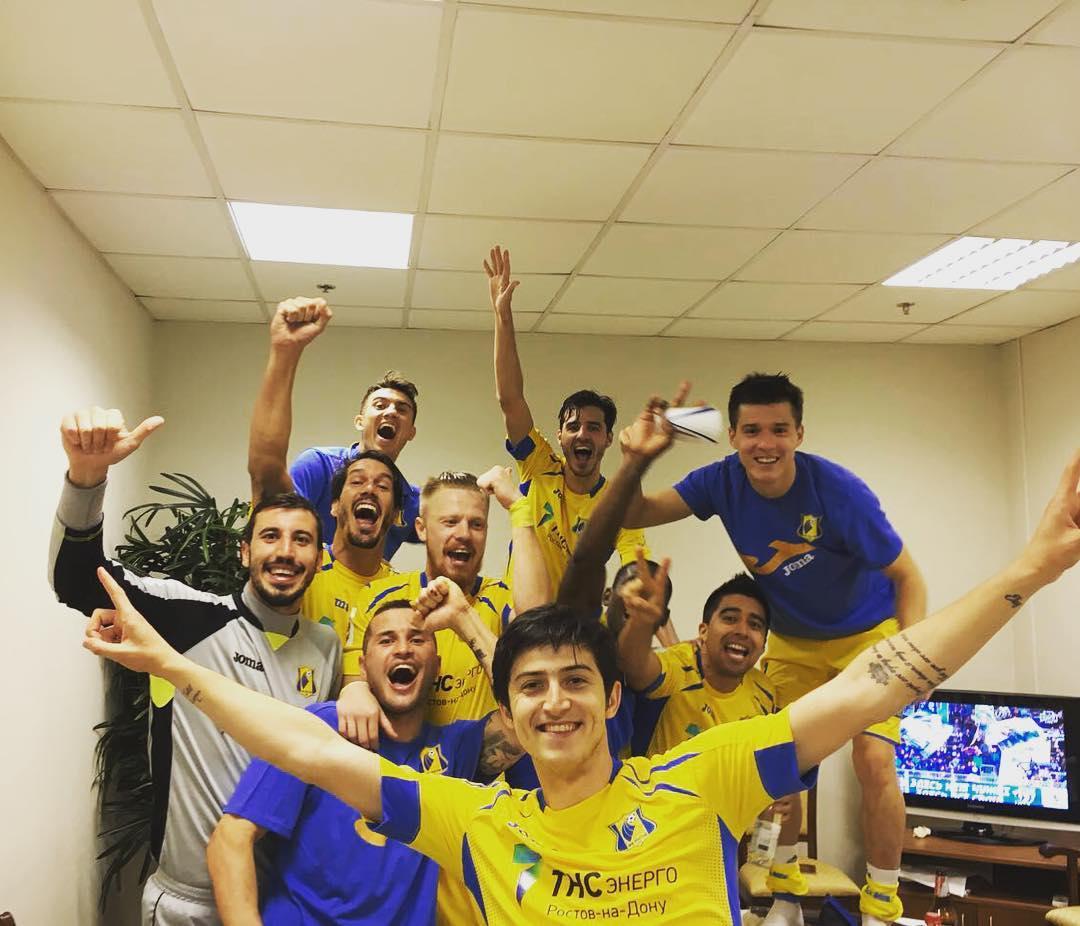 شادی آزمون در رختکن همراه با بازیکنان روستوف
