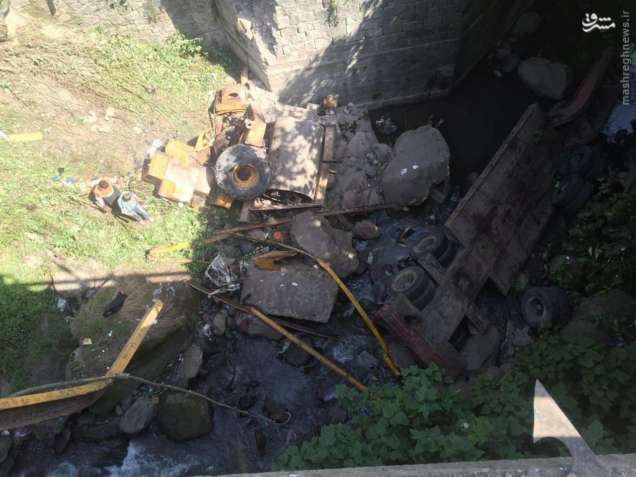 سقوط تريلي حامل محموله ترافيكي از روي پل