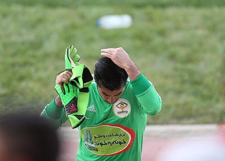 حمله خطرناک هواداران پرسپولیس به گلر استقلالی!+عکس