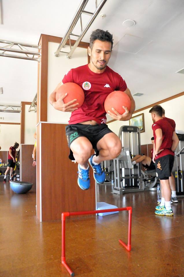 مهاجم استقلال با لباس قرمز در تمرین تیم ترکیهای