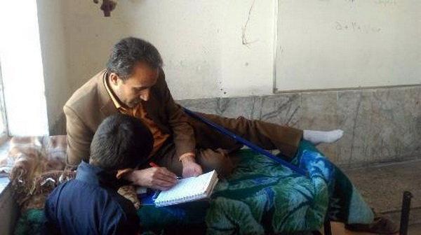 تدریس معلم یاسوجی روی تخت در کلاس