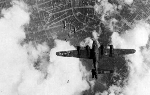 بمبباران روزانه برلین توسط آمریکا