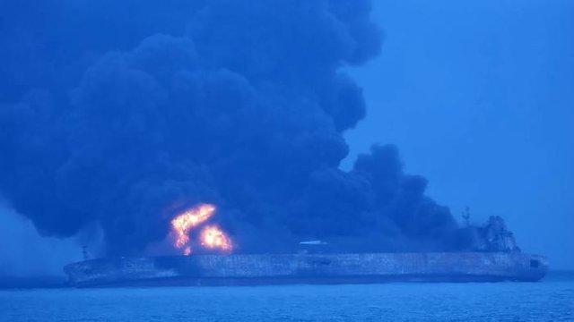 نفتکش ایرانی همچنان در آتش میسوزد
