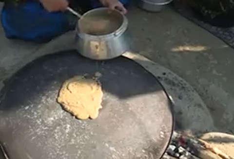 تهیه نان سنتی از میوه بلوط