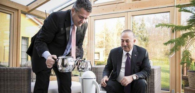 جنجال چای ریختنِ وزیر آلمانی برای چاووش اوغلو