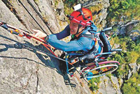 ویلچرسواری که از صخره بالا میرود