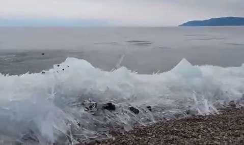 یخ زدن موجها بر اثر شدت سرما