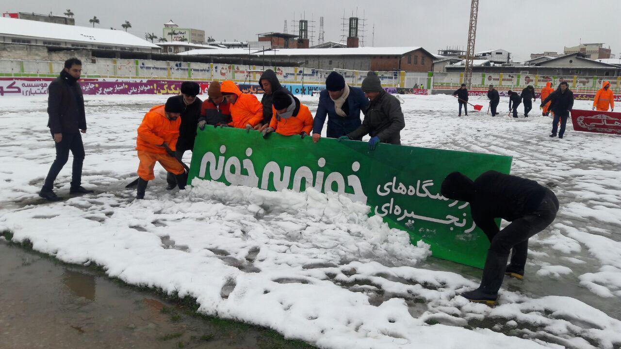 برف روبی ورزشگاه دربی با تابلوی تبلیغاتی!