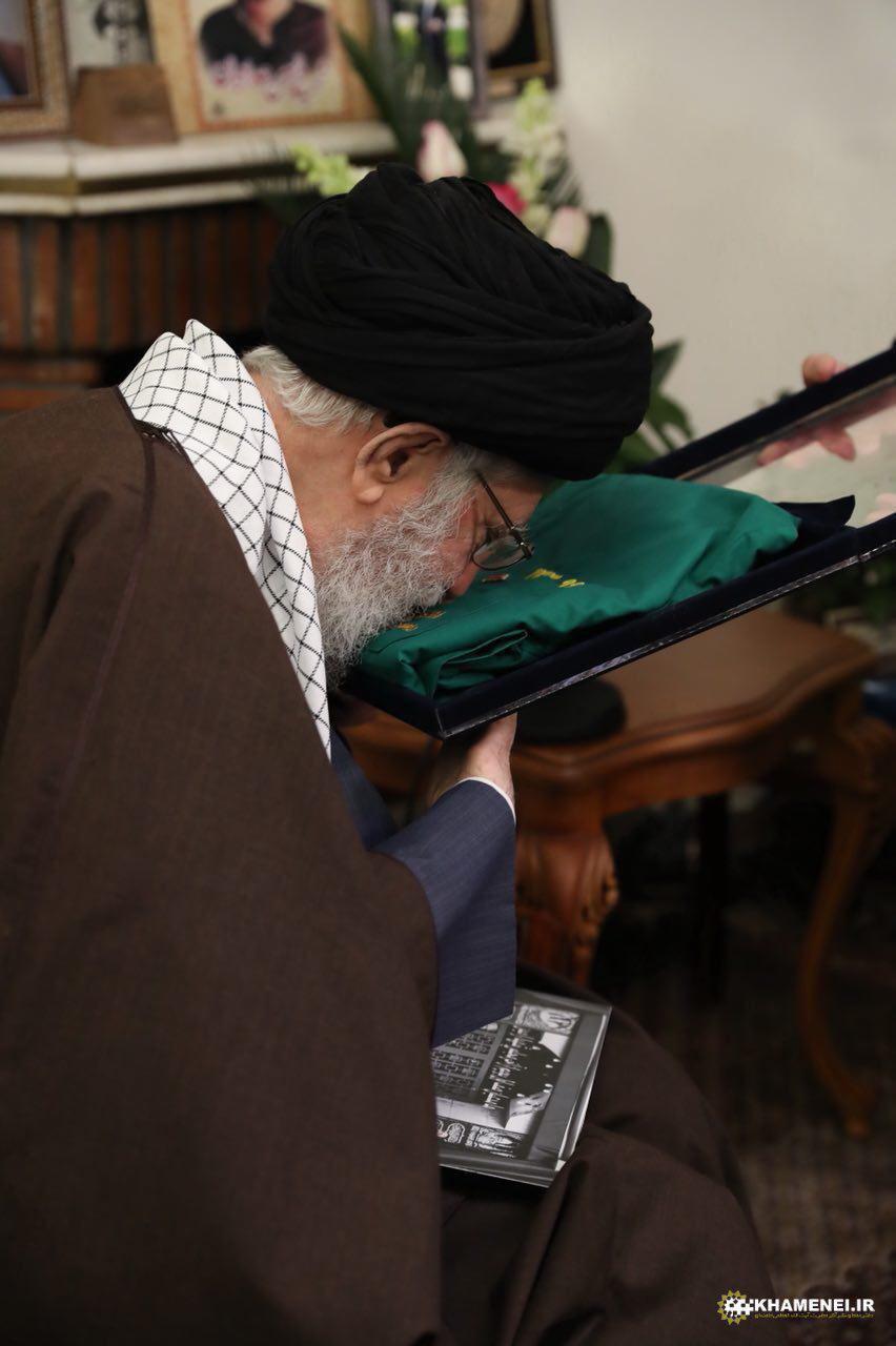بوسه رهبر انقلاب بر لباس خادمی شهید حدادیان