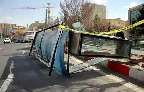 واژگونی ایستگاه اتوبوس در تبریز بر اثر تند باد!+ تصویر