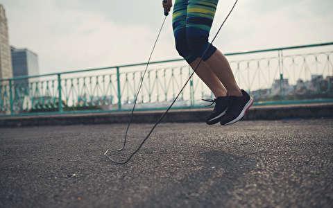 برنامه تمرینی با انواع اسکات و جهش با طناب