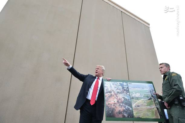 عکس بازدید ترامپ از دیوار بین آمریکا و مکزیک