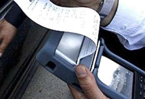 جریمه خودرو پلیس توسط مامور راهنمایی و رانندگی