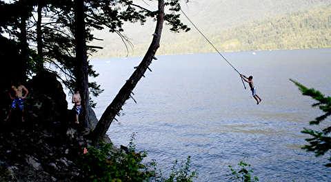 تاب خوردن با طناب روی دریاچه!