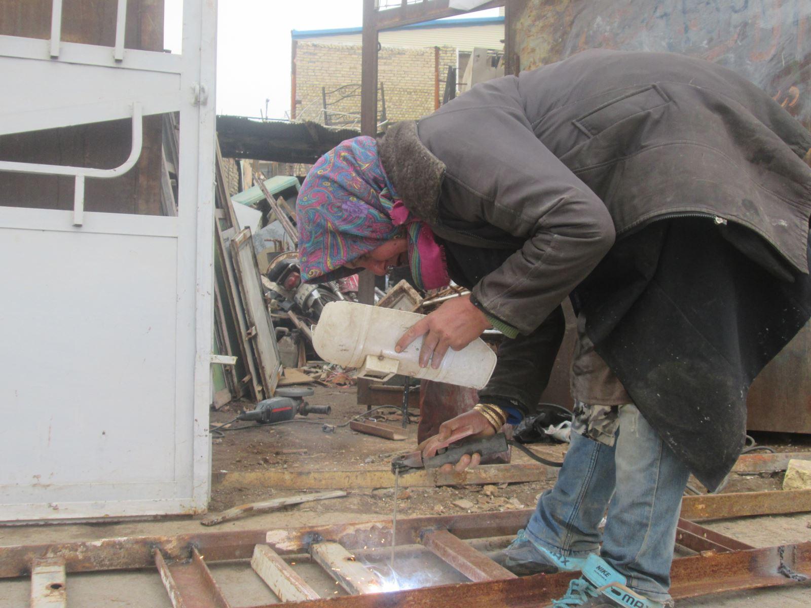 کسب روزی حلال یک آهنگر زن در مصاف با آهن سرد