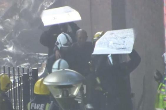 آتشسوزی در برج ۲۷ طبقه ای در لندن / اولین گمانه زنی ها در مورد چرایی گسترده شدن آتش