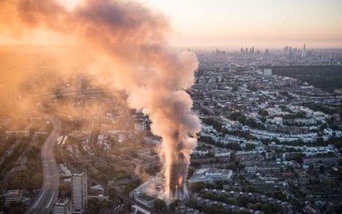 آتشسوزی در برج 24 طبقه ای در لندن / 400 تا 600 تن از ساکنان همچنان گرفتار در برج / اولین گمانه زنی ها در مورد چرایی گسترده شدن آتش