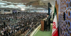 اسلحه رهبر انقلاب در مراسم نماز عید فطر/تبریک عجیب احمدی نژاد برای عید فطر/اشعار سیاسی خوانده شده در نماز عید فطر/بیت شعری که امروز میثم مطیعی سانسور کرد