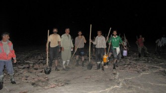 تلاش های تحسین برانگیز مردم محلی برای نجات هزار فلامینگوی نابالغ