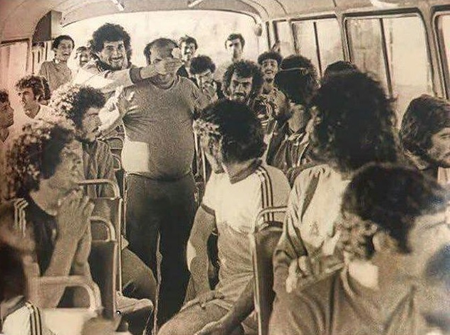 عکسی ازشاباش دادن مایلی کهن دراتوبوس تیم ملی!