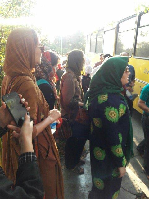 تجمع بانوان معترض ایرانی پشت در ورزشگاه آزادی