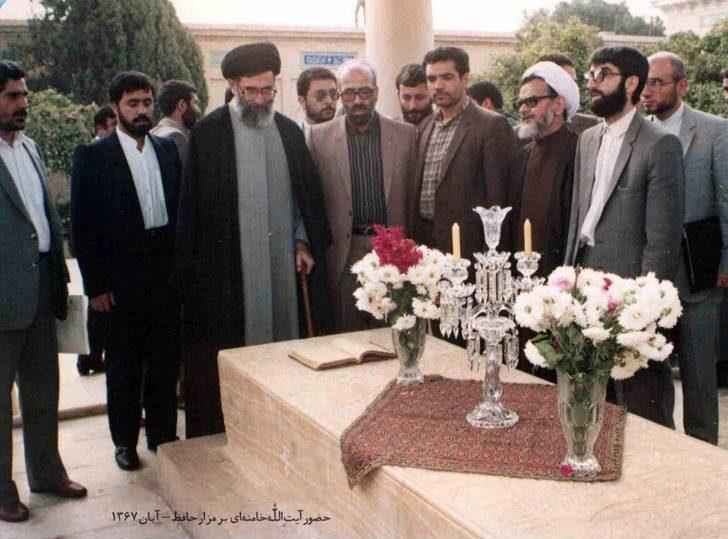 تصویر دیده نشده از حضور رهبر انقلاب بر مزار حافظ