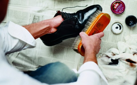 چگونه کفش را برق بیاندازیم؟